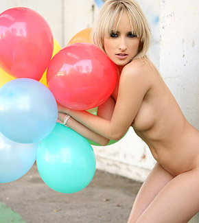 serrenity blonde with balloons